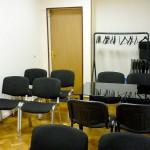 Пример расстановки стульев в ряд. Видно, что при 4 стационарных стульях проход достаточно широкий